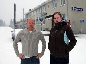 """Anders Sandström och Therese Rudolfsson, en före detta anställd, står bakom stödgruppen på Facebook, som ska försöka rädda fabriken kvar i Tandsbyn. """"Jag hoppas verkligen att den här kampanjen ger resultat och att fabriken blir kvar"""", säger Therese.  Foto: Jan Andersson"""