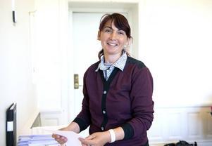 Ramona Simion sorterar papper och hjälper till med städningen på Mäklarhusets kontor i Sundsvall.