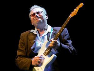 Sven Zetterberg sjunger och spelar gitarr och munspel på Trombon i morgon kväll.