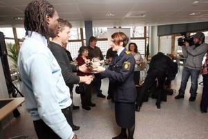 Samtliga åtta som ingrep vid rånet prisades i polishuset.