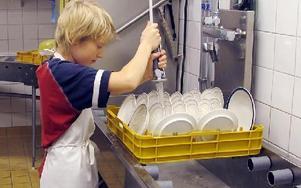 I köket hjälpte eleverna till med allt från att diska till att dekorera efterrätten. Mycket disk blev det. FOTO: ILSE BRATTLÖF