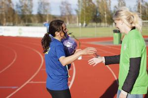 Karin Wåhlstedt (t.v.) från Järvsö IF vann damklassen överlägset. Inför loppet trodde hon på en tid runt 42, 43 minuter. När hon gick i mål hade klockan inte passerat 37 minuter.