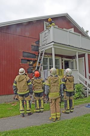 Nerikes brandkår sågade upp en bit av fasaden för att komma åt brandhärden.