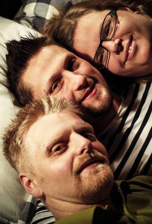 Linda Marie Fridland, Hampus Engström och Erik Fridland lever tillsammans, de kallar sig för Polyfamiljen.