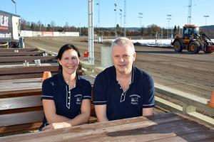 Uteservering vid banan. Men i helgen får nog Voltrestaurangens gäster hålla sig inomhus, tror nya krögarna Erika Kristmansson och Peter Johansson.