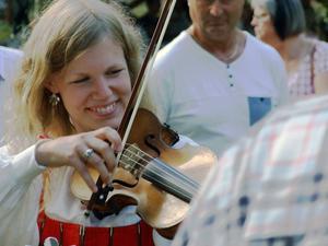 Isa Hammarsten spelar gärna fiol, som här på Bjuråkersstämman i somras, men satsar på en yrkeskarriär som orkesterviolinist.