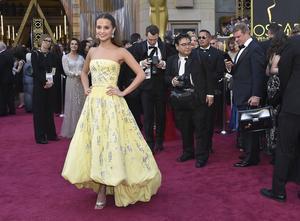 Alicia Vikander när hon anlände till galan i sin gula klänning.