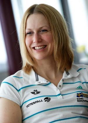 Det blir kort vila för världscupvinnaren Helena Jonsson. I dag börjar SM-tävlingarna och om tre veckor börjar nästa säsong.  Dessutom måste hon  planera in en timme om  dagen i tre månader då hon ska vara tillgänglig för antidopningsbyrån Wada.
