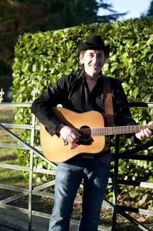 Joe Moore är en av artisterna som uppträder på Hyttan i Axmarbruks countryafton.