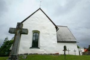 Den nyrenoverade Alnö gamla kyrka lyser upp omgivningen med sin vita vackra fasad.