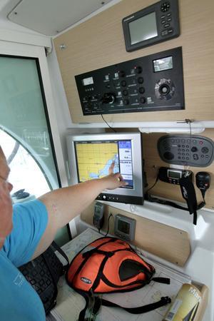 ALLRUM. Om vädret blir dåligt får de plats att sitta här.NÖDVÄNDIGANAVIGERINGS-INSTRUMENT.                                                         Susanne sitter på båtens styrplats vid navigeringsskärmen som visar vart man befinner sig och hur man ska åka. Båten är också utrustad med autopilot, ekolod och ett instrument som mäter vindstyrka och vindhastighet.