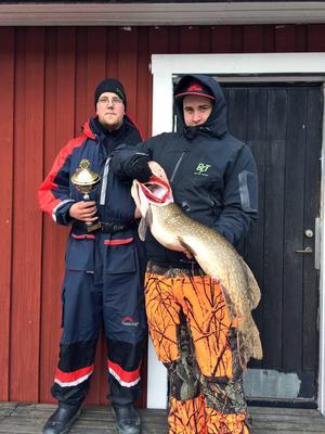 Oskar Sandin och Fredrik Eriksson vann anglingstävlingen med sina 14,8 kilo. Gäddan på bilden vägde runt nio kilo.