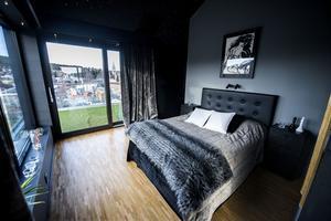 Sovrummets balkong bjuder utsikt mot överstan i Örnsköldsvik.