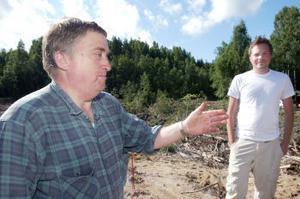 Två arkeologer på plats. Magnus Holmqvist som arbetar på länsmuseet och Erik Johansson som gjorde fyndet (i bakgrunden).