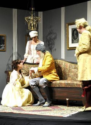 Maja och Anders Hedén är även i pjäsen far och dotter. Carolinne Kärngards Toinette försöker ställa allt till rätta för dottern Angelique och hennes kärlek Cleante, spelad av Vincent Liljeteg.