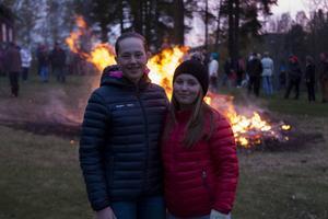 Fyrmänningarna och bästisarna Linn Sigurdsson och Linnéa Eriksson tycker om att fira Valborg på Kyrkön i Järvsö och brukar komma hit.