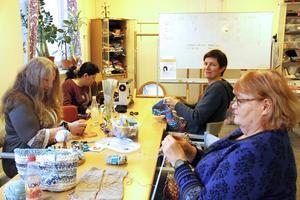 Anette Eriksson, Aziza Osso, Maria Forsling Jenke och Carina Viberg håller alla på med olika hantverkstekniker den här förmiddagen.