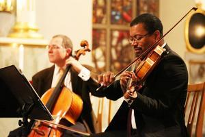 Leo Grinhauz i bakgrunden på viola och Wayne Smith, cello.