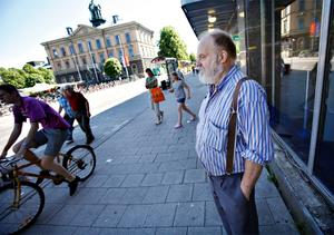 Efter att ha blivit påkörd fyra gånger av cyklister på gångbana och trottoar är Lasse Kristiansson irriterad på alla dem som cyklande kryssar fram bland de gående där de inte får. Under den korta tid han väntade på Arbetarbladets reporter räknade han sju cyklister som cyklade på gångbanan på Norra Kungsgatan och fyra som var laglydiga och cyklade på cykelbanan på den andra sidan gatan.
