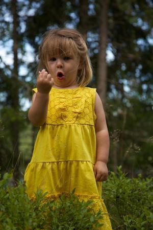 Ella-May i blåbärsskogen.