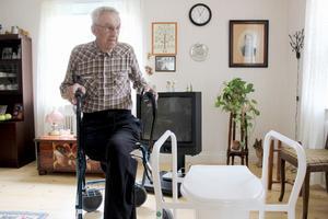 100-årige Melker Norgren fick en toahink i vardagsrummet i stället för plats på ett äldreboende.