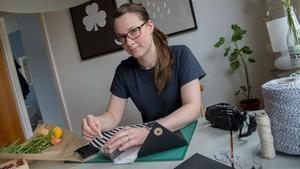 Hemma hos formgivaren Johanna Billingskog dominerar milda färger, teak och klassiska möbler från 1960-talet. I köket finns plats för en liten arbetsplats. Johanna sköter sin webbutik littlesmultron.se hemifrån, och har sitt lager i ett gammalt skyddsrum i källaren.