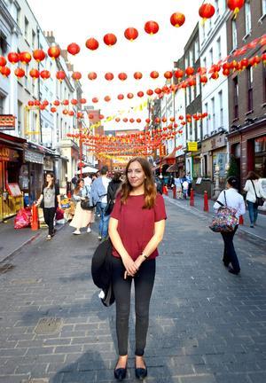 Sally R Jönsson läser sitt andra gymnasieår på Svenska skolan i London. Här är hon i China Town, en av hennes favoritdelar av London.