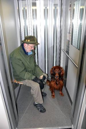 Kalle Dahlman och hans setter Bruno fastnade i hissen i Bräckes trygghetsboende.