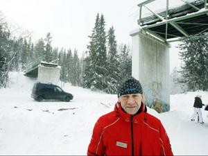 Vid halv femtiden på lördagen körde en lastbil med sand in i skidbron i Vemdalsskalet.Det påverkar inte skidåkningen och jag är glad att inga personskador uppstod, säger Halvard Svensson.