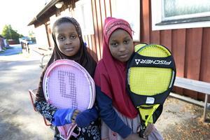 Systrarna Hani och Salmo Mohammed hittade bland annat var sitt tennisracket.