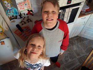 Josefine må vara lite kortare, men hon är 13 minuter äldre än tvillingbrodern Oskar.