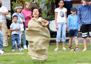 Barnen hade roligt när det tävlades i bland annat säckhoppning i Hede