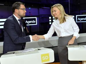 Sverigedemokraternas partiledare Jimmie Åkesson hälsar på Kristdemokraternas partiledare Ebba Busch Thor. Samarbete?