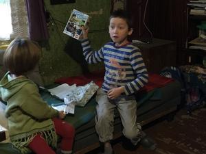 Den här pojken kunde inte tro sina ögon när han öppnade Situation Baltikums julklapp.