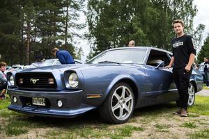 Adam Abrahamsson och hans häftiga A-trakor, en ombyggd Ford Mustang.