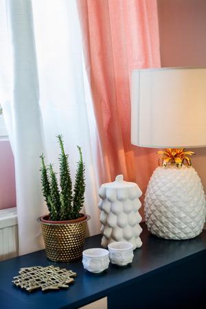 Matcha. Att matcha en ljus och skir gardin med en lite tyngre och pampigare skapar liv och rörelse i rummet. Häng den skira innerst, så kan du dra för som insynsskydd utan att rummet blir för mörkt.