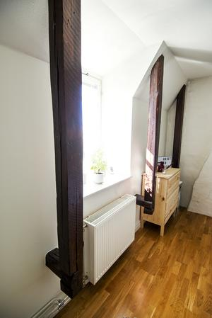 Sovrummet. Lägenheten innehåller mellan tio och tolv sådana här bjälkar.
