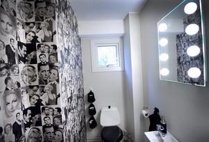 Lilla toaletten nere går i filmstjärnornas tecken.