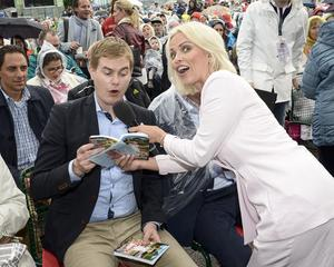 Programledaren Petra Marklund (th) och språkröret Gustav Fridolin, som sjunger på sista versen, i Allsång på Skansen.