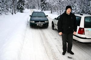 Andreas Aronsson anser att vägen mellan Kinkhyttan och Lekhyttan är alldeles för smal. Två bilar kan knappt mötas utan att köra ner i diket.