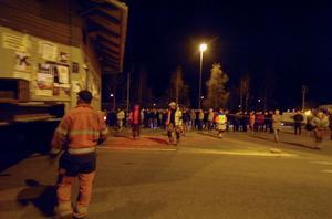 Mycket folk hade samlats i korsningen mellan järnvägsviadukten och Arbråvägen.