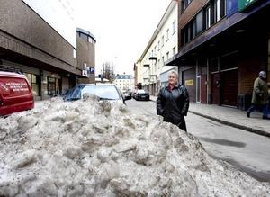 """VAR SKA MARIANNE PARKERA BILEN? Marianne Svensson har haft handikapptillstånd sedan 70-talet men hon har svårt att hitta parkeringar på vintern då de ofta används som avstjälpningsplatser vid snöröjningen. """"Är det verkligen tillåtet att skotta upp snön på handikapplatser"""", undrar hon."""