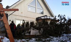 Rödösundet. Stormen fällde ett träd som raserade en altan.
