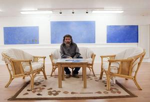 """""""Galerie Anders Ek kommer att ha öppet alla eftermiddagar framöver. Och så småningom  kan det bli andra utställare. Men det är alltid väl värt att unna sig upplevelsen av denna  konsekventa skildrare av den blå vattenytan"""", skriver Christer B Jarlås i den här veckans  konstkrönika.Foto: Emma Rodling"""