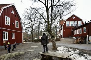 Det förs i dag diskussioner om byggandet av en ny högstadieskola i Norrtälje stad. När kan denna skola stå klar? Vad skulle det innebära för pedagogiken, kvaliteten och ekonomin att vänta med en nedläggning av högstadiet på Rådmansö tills den nya skolan kan tas i bruk? Frågorna är många, men svaren är få menar företrädare för Vänsterpartiet.