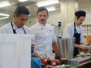 Louis Bocangel och Johan Söderbergs insatser i köket kollas upp av kökschefen Martin Olofsson.