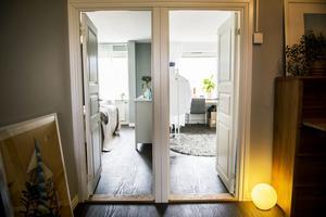 Till vänster ligger sovrummet och till höger ligger det kombinerade gäst- och arbetsrummet.