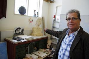 Det går fortfarande att se ny konst av Karin Olsson i Blå tornet. I ateljén finns fortfarande mycket att titta på. Sonen Max pekar ut en byst av henne.