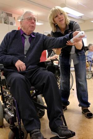 TV-SPEL. Sven Wikström spelar bowling på tv-spelet Wii. Han får hjälp av arbetsterapeut Sofie Eriksson.