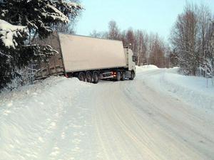 Lastbilsekipaget gled utför backen och stannade till slut bland träden vid sidan av vägen. Tur i oturen var att ingen ytterligare trafiken förekom på vägen vid tillfället.